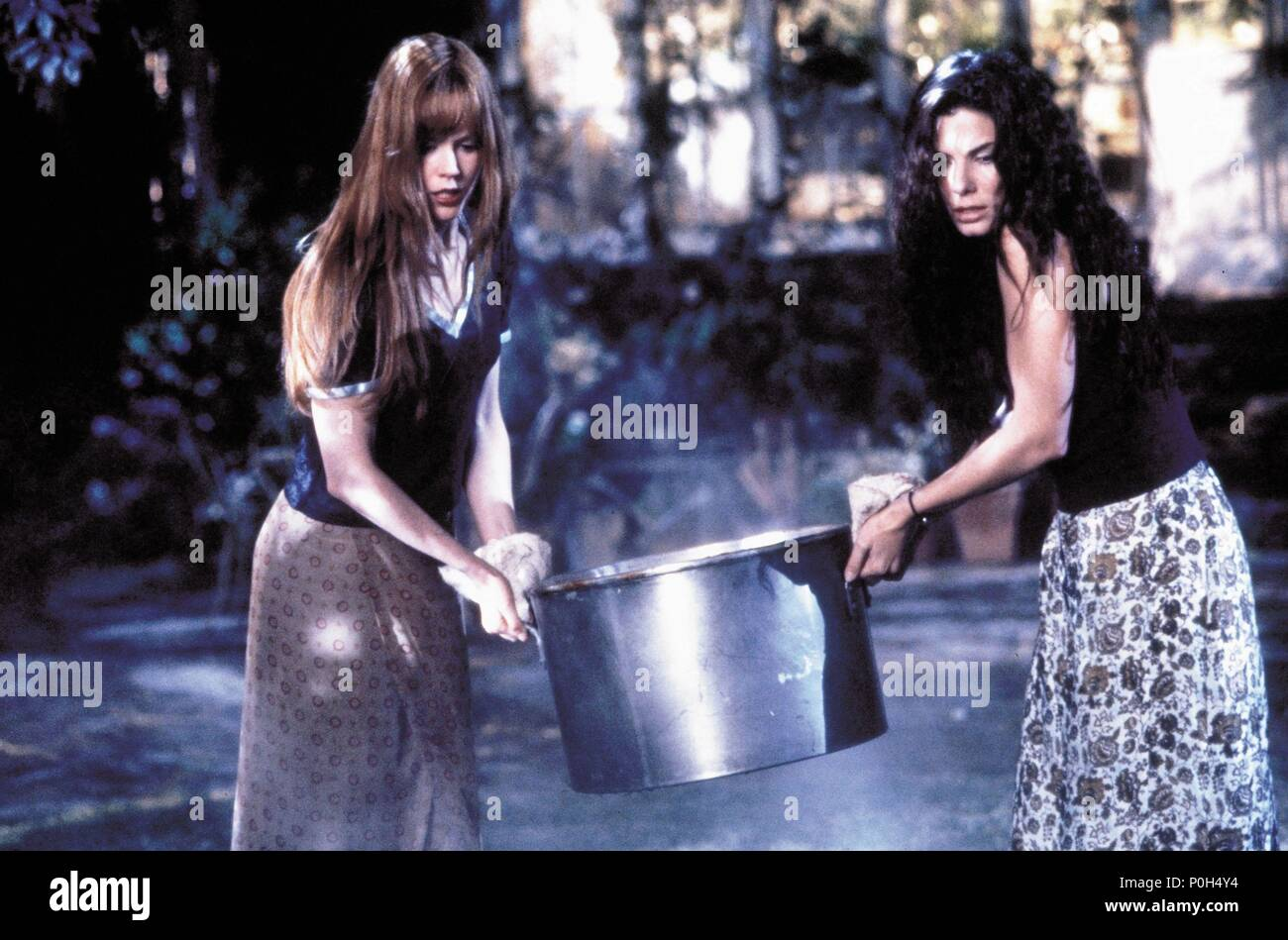 Original Film Title: PRACTICAL MAGIC.  English Title: PRACTICAL MAGIC.  Film Director: GRIFFIN DUNNE.  Year: 1998.  Stars: NICOLE KIDMAN; SANDRA BULLOCK. Credit: WARNER BROTHERS / TENNER, SUZANNE / Album - Stock Image