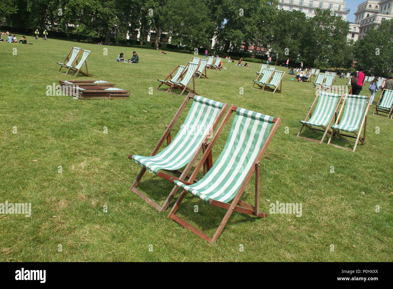 """London, UK 9 June 2018: Londoners enjoy the sunshine at Green Park on 9 June 2018.  The Met Office forecast a dry weekend with """"very little"""" chance of isolated showers Credit: David Mbiyu/Alamy - Stock Image"""