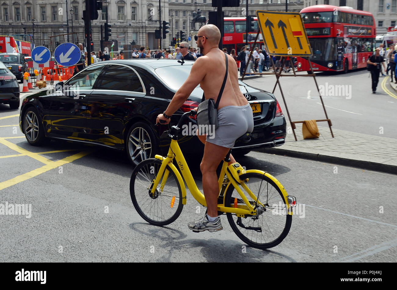 London, UK, 10 June 2018 Sunny Saturday afternoon in Trafalgar Square. Credit: JOHNNY ARMSTEAD/Alamy Live NewsStock Photo