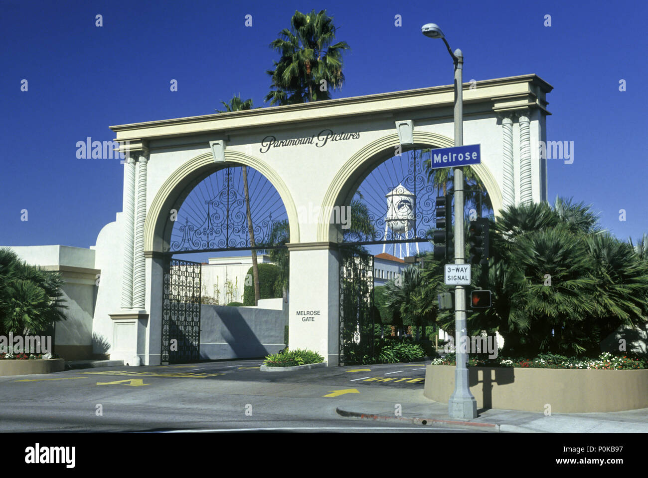 1995 HISTORICAL ENTRANCE GATE PARAMOUNT PICTURES MELROSE AVENUE HOLLYWOOD LOS ANGELES CALIFORNIA USA Stock Photo