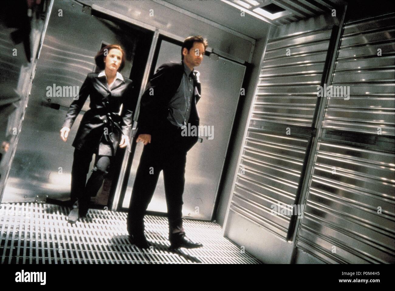 Original Film Title: X-FILES, THE.  English Title: X-FILES, THE.  Film Director: ROB BOWMAN.  Year: 1998.  Stars: DAVID DUCHOVNY; GILLIAN ANDERSON. Credit: 20TH CENTURY FOX / MORTON, MERRICK / Album - Stock Image
