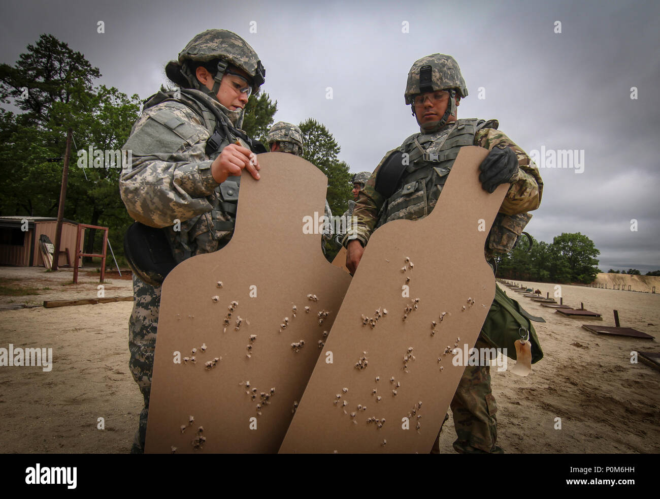 New Jersey Army National Guard Soldiers from the 250th and 350th Finance Detachments look over targets during training on Joint Base McGuire-Dix-Lakehurst, N.J., June 4, 2018. (U.S. Air National Guard photo by Master Sgt. Matt Hecht) - Stock Image