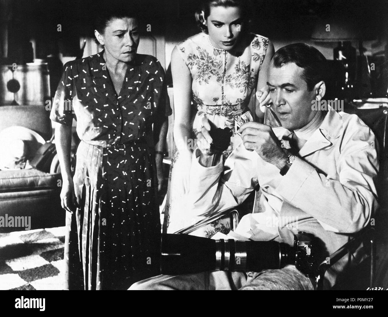 Original Film Title: REAR WINDOW.  English Title: REAR WINDOW.  Film Director: ALFRED HITCHCOCK.  Year: 1954.  Stars: JAMES STEWART; GRACE KELLY; THELMA RITTER. Credit: PARAMOUNT PICTURES / Album - Stock Image
