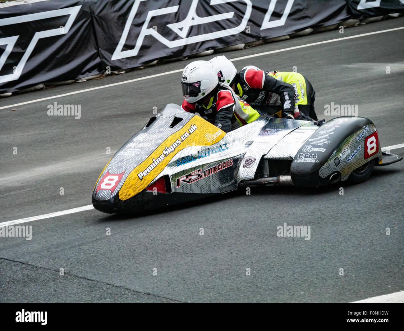 Number 8, Steve Ramsden / Matty Ramsden, sidecar rider and passenger, Isle of Man TT 2018. Tourist Trophy road race, mountain course Stock Photo