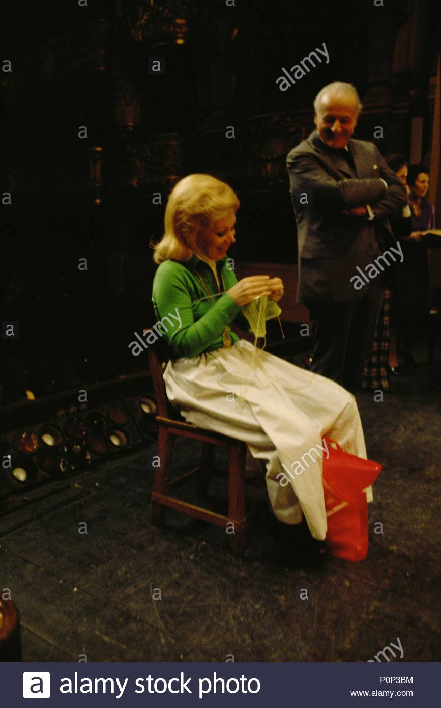 """Mirella Freni knitting during a rehearsal for Mozart's """" Figaro"""" at the Palais Garnier, Paris,1973. In the background Director of the Paris Operahouse Rolf Liebermann. Location: Operahouse Palais Garnier, Paris, France. - Stock Image"""