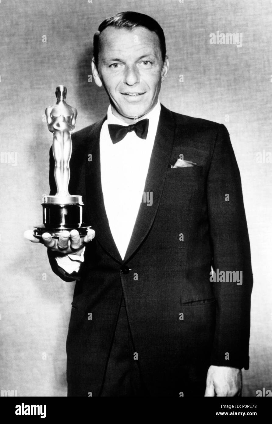 """Description: 26th Annual Academy Awards (1954). Frank Sinatra, best actor in a supporting role for """"From Here to Eternety""""..  Year: 1954.  Stars: FRANK SINATRA. Stock Photo"""