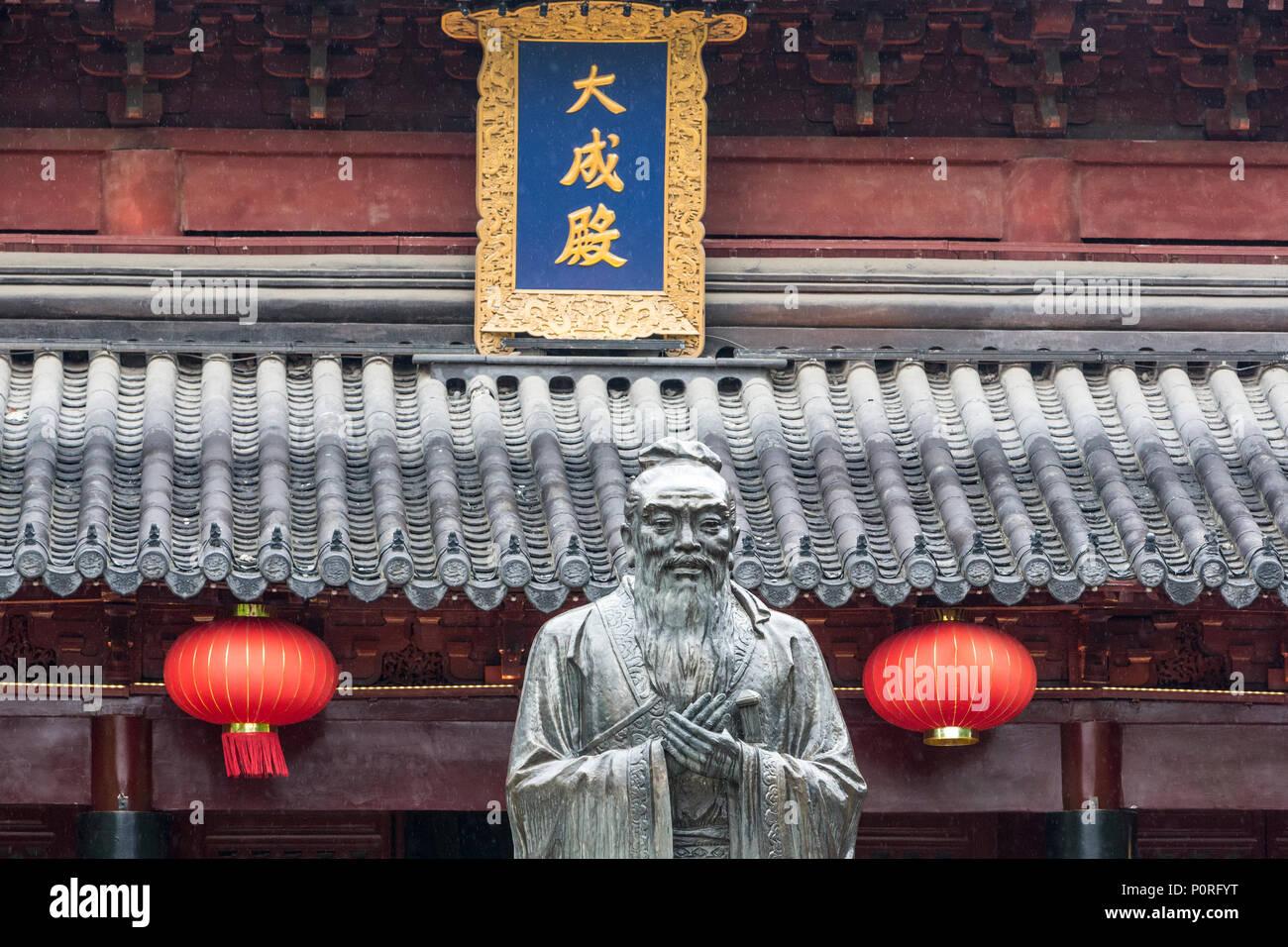 Nanjing, Jiangsu, China.  Confucius Statue in Courtyard of the Confucian Temple. - Stock Image