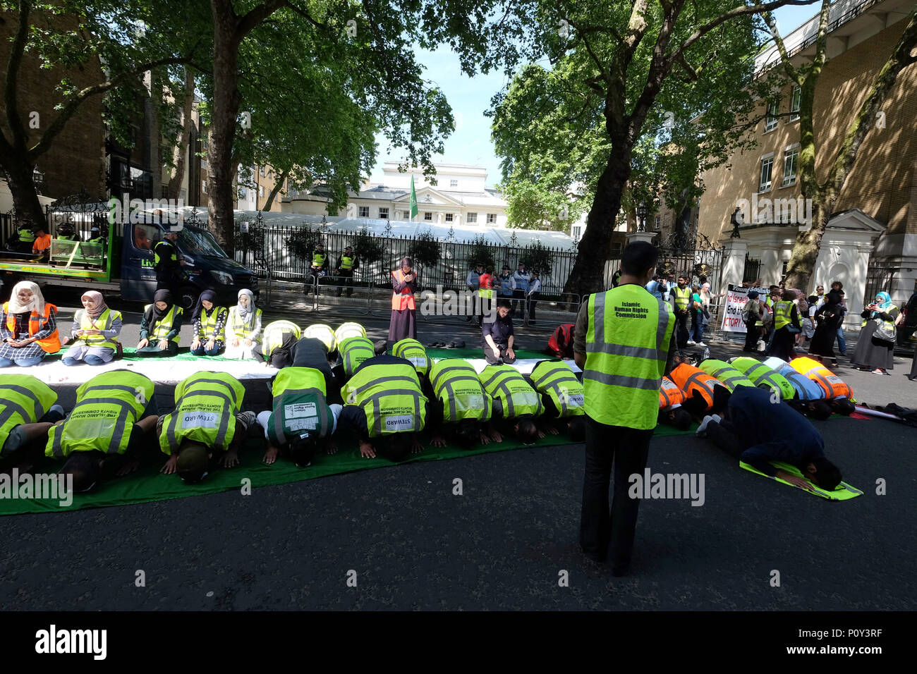 London, UK. 10th June 2018. Prayers on the Palestinian flag Al Quds day protest organised by IHRC in London goes ahead despite demands that Hezbollah flags should not be flown. Counter protests from Israeli supporters and Free Tommy Robinson supporters led to a large police presence Credit: Londonphotos/Alamy Live News - Stock Image