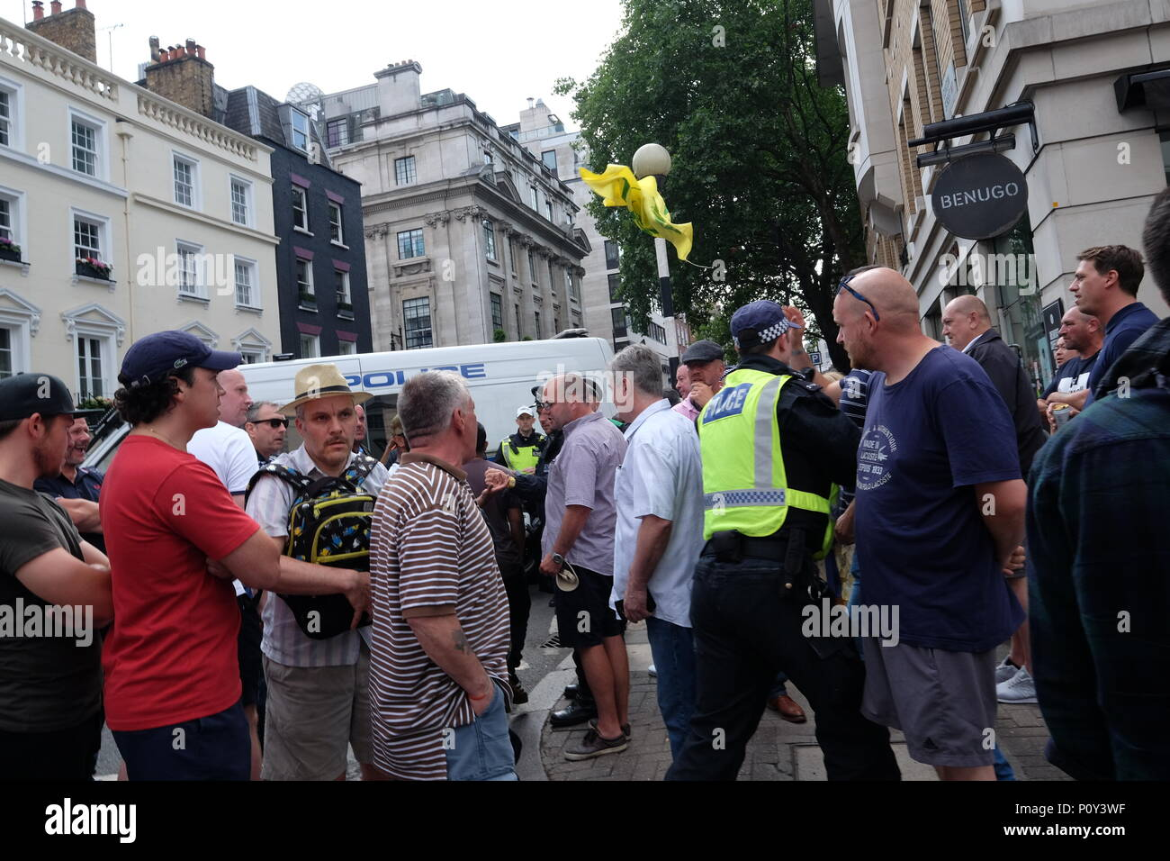 London, UK. 10th June 2018. Al Quds flag is grabbed by far right protester and thrown in the air Credit: Londonphotos/Alamy Live News - Stock Image
