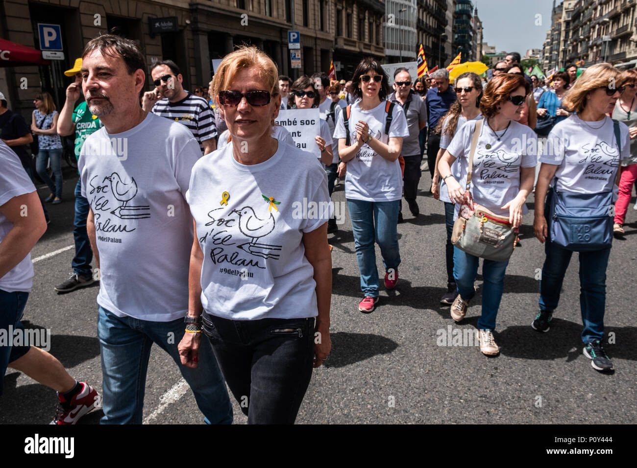 Barcelona, Spain. 10th June 2018. Several demonstrators are seen wearing the shirt in support of the El Palau Institute. Hundreds of people called by the major unions of education have attended the demonstration to defend education and in support of one of the secondary schools that has suffered most from the repression of the Spanish state.Professors of the Palau Institute have been accused and prosecuted for 'indoctrination' for defending the right to vote on October 1. Credit: SOPA Images Limited/Alamy Live News - Stock Image