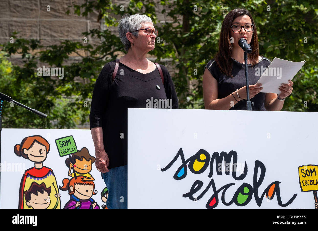 Barcelona, Spain. 10th June 2018. Representative of the organization are seen on the stage directing some words to the demonstrators.. Hundreds of people called by the major unions of education have attended the demonstration to defend education and in support of one of the secondary schools that has suffered most from the repression of the Spanish state.Professors of the Palau Institute have been accused and prosecuted for 'indoctrination' for defending the right to vote on October 1. Credit: SOPA Images Limited/Alamy Live News - Stock Image