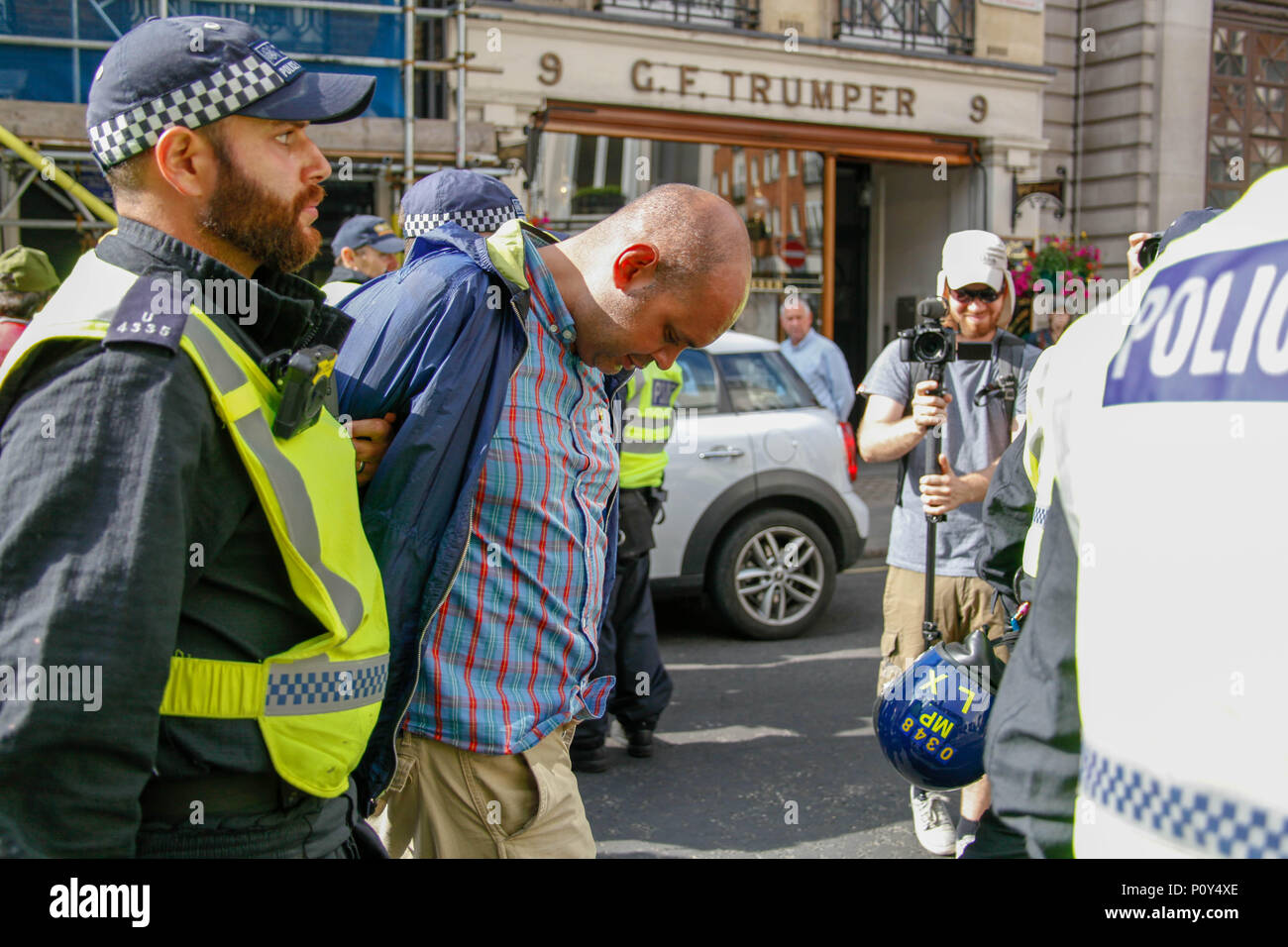 London, UK. 10th June 2018. Counter-protester arrested at the Al-Quds March Credit: Alex Cavendish/Alamy Live News - Stock Image