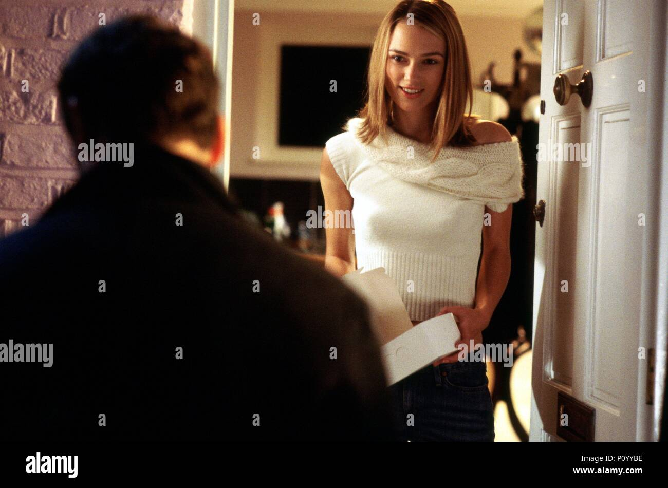 Original Film Title: LOVE ACTUALLY.  English Title: LOVE ACTUALLY.  Film Director: RICHARD CURTIS.  Year: 2003.  Stars: KEIRA KNIGHTLEY. Credit: UNIVERSAL STUDIOS / MOUNTAIN, PETER / Album - Stock Image