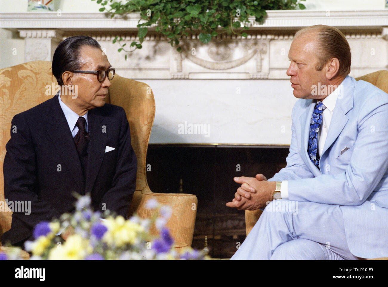 1975, August 5 – The Oval Office – The White House –  Gerald R. Ford, Takeo Miki – seated near fireplace, talking – Meeting with Prime Minister of Japan - Stock Image