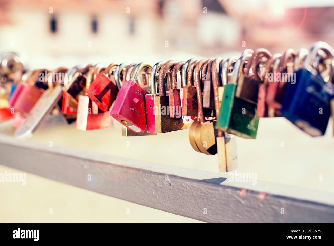 Schlösser an einem Brückengeländer, Symbolbild für Liebe, Unvergänglichkeit - Stock Image