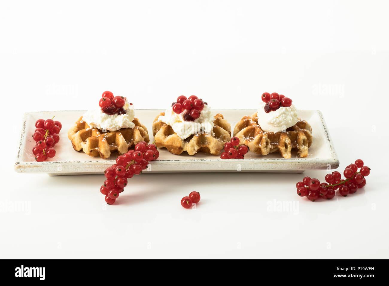Butterwaffeln mit Sahne und Johannisbeeren, Freisteller - Stock Image