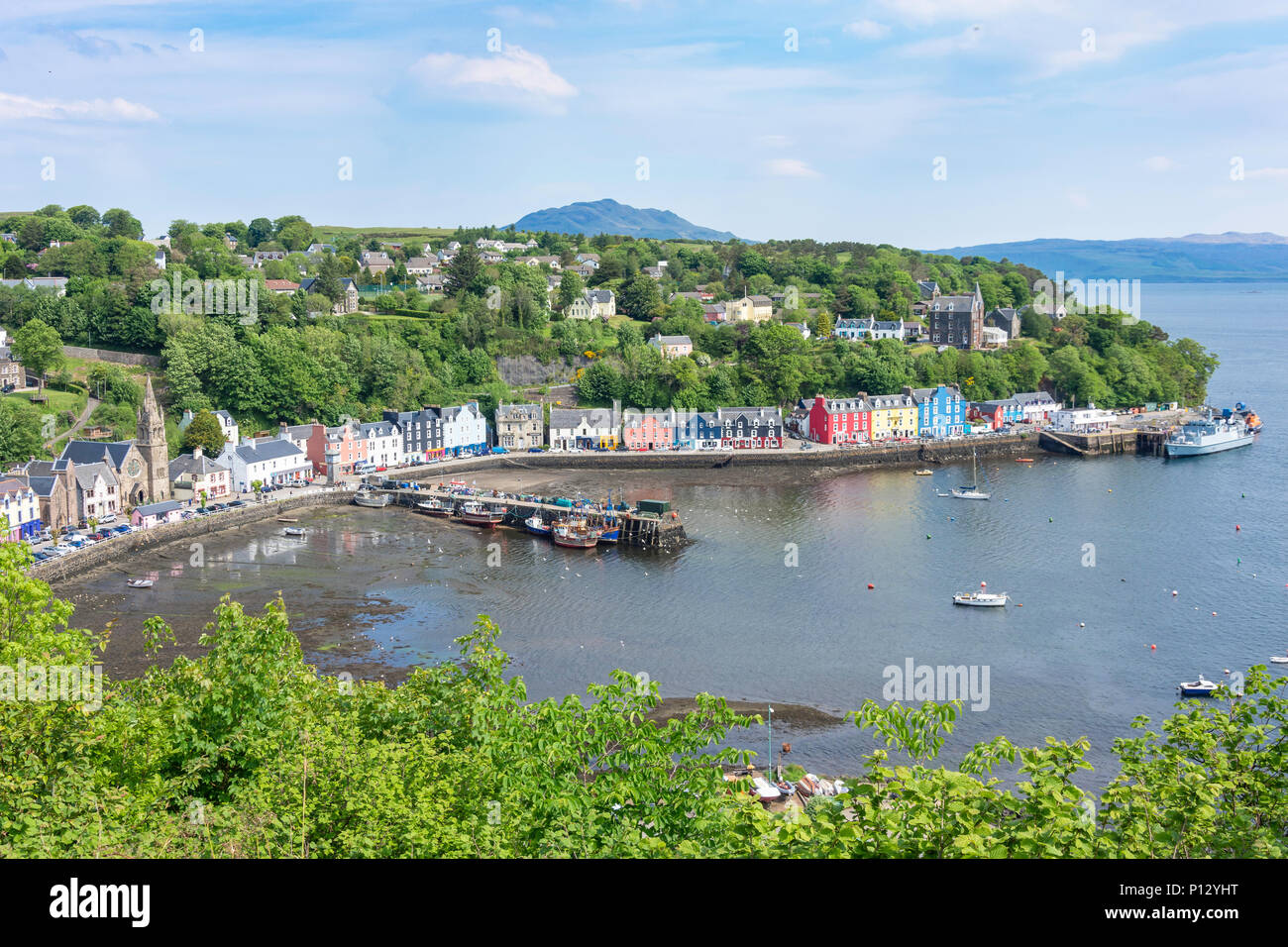 View of harbour and quayside, Tobermory, Isle of Bute, Inner Hebrides, Argyll and Bute, Scotland, United Kingdom - Stock Image
