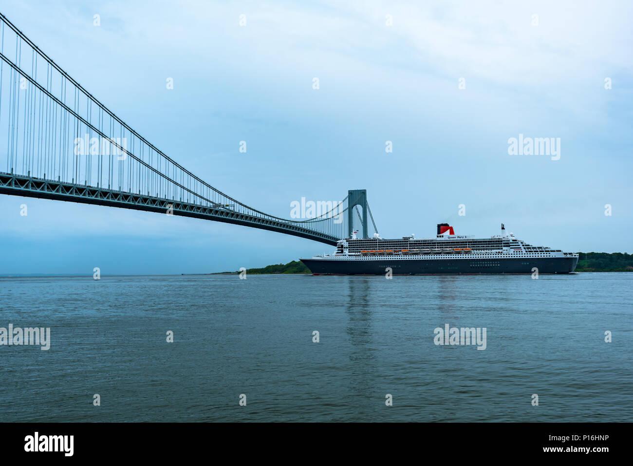 Transatlantic Bridge >> Brooklyn New York Usa June 10 2018 Rms Queen Mary 2 Passing