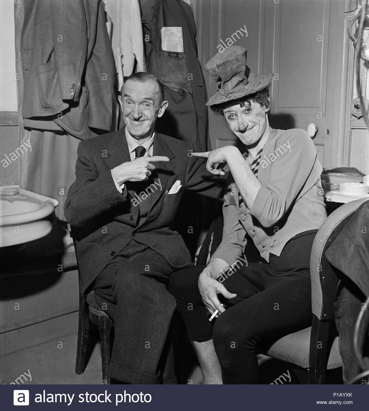 """Marcel Marceau, the French mime who created the figure of """" Bip"""", a tragic white clown. Marceau with Stan Laurel, who visited Marceau in his dressing room. Paris, 1951. Location: Townscape, Paris, France. - Stock Image"""