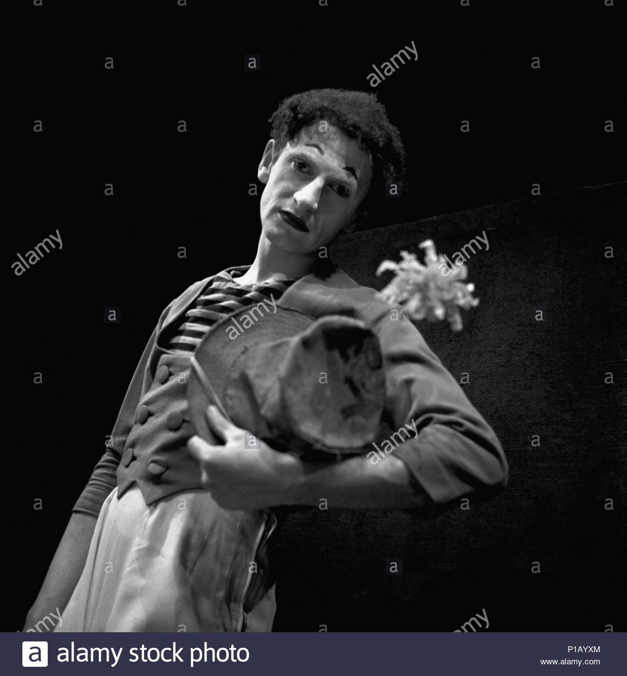 """Marcel Marceau,the French mime who created the  figure of """"Bip"""",a tragic white clown.  Paris, 1951. Author: Erich Lessing (b. 1923). Location: Townscape, Paris, France. - Stock Image"""