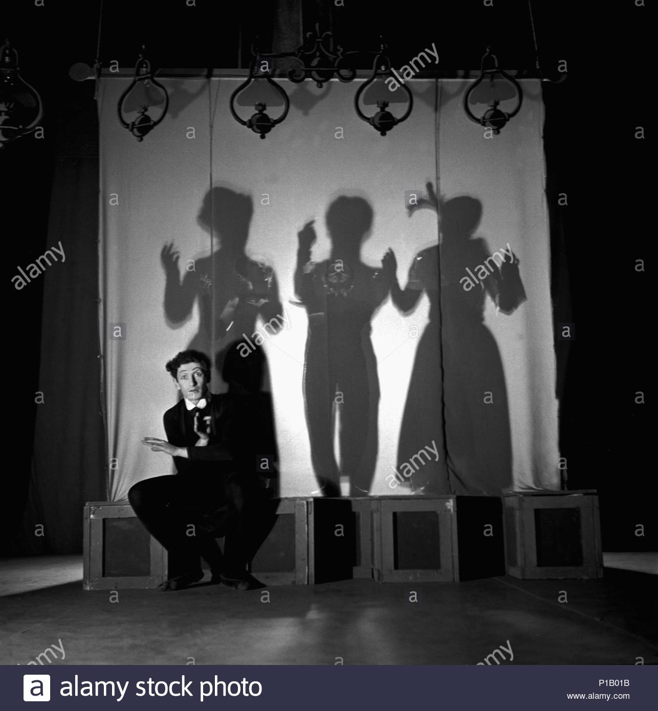 """Marcel Marceau, the French mime who created the figure of """" Bip"""", a tragic white clown, during a performance in his theatre. Paris,1951. Author: Erich Lessing (b. 1923). Location: Townscape, Paris, France. - Stock Image"""