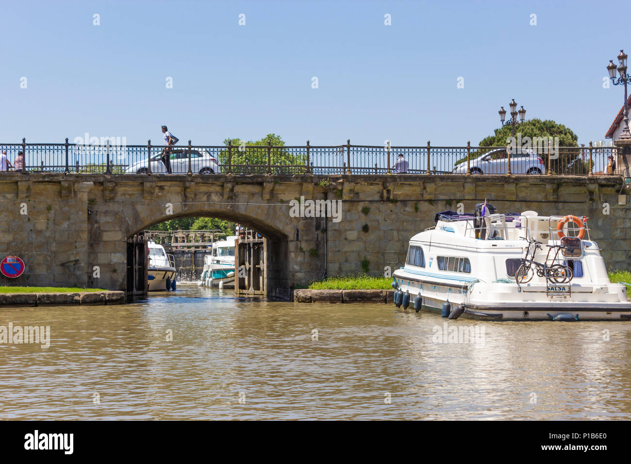 The Canal du Midi, Carcassonne, French department of Aude, Occitanie Region, France. Boats waiting to pass through the lock gates. - Stock Image