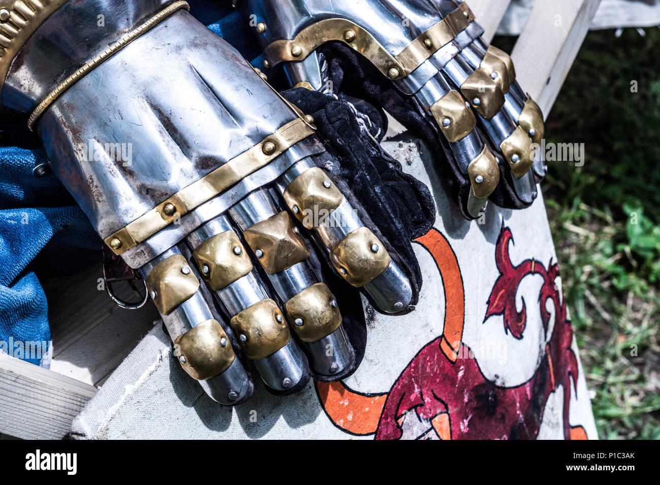 Metal Belt Buckle Medieval Knight/'s Gauntlet NEW