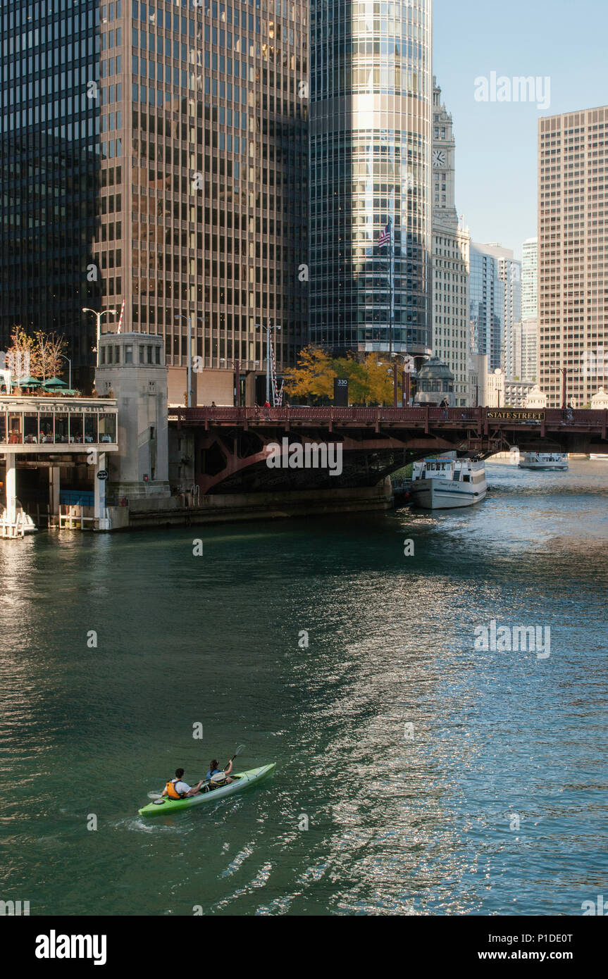 People kayaking on the main stem of the Chicago River in downtown Chicago. - Stock Image
