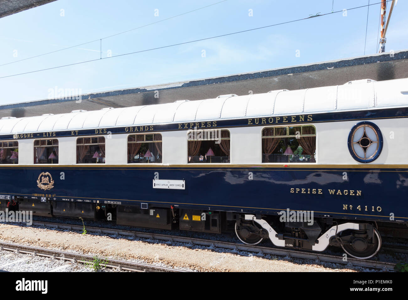 Venice Simplon Orient_Express luxury train in Venice St Lucia Station,  Venice, Veneto, Italy. Dining car, restaurant car, dining wagon,  logo, emblem - Stock Image