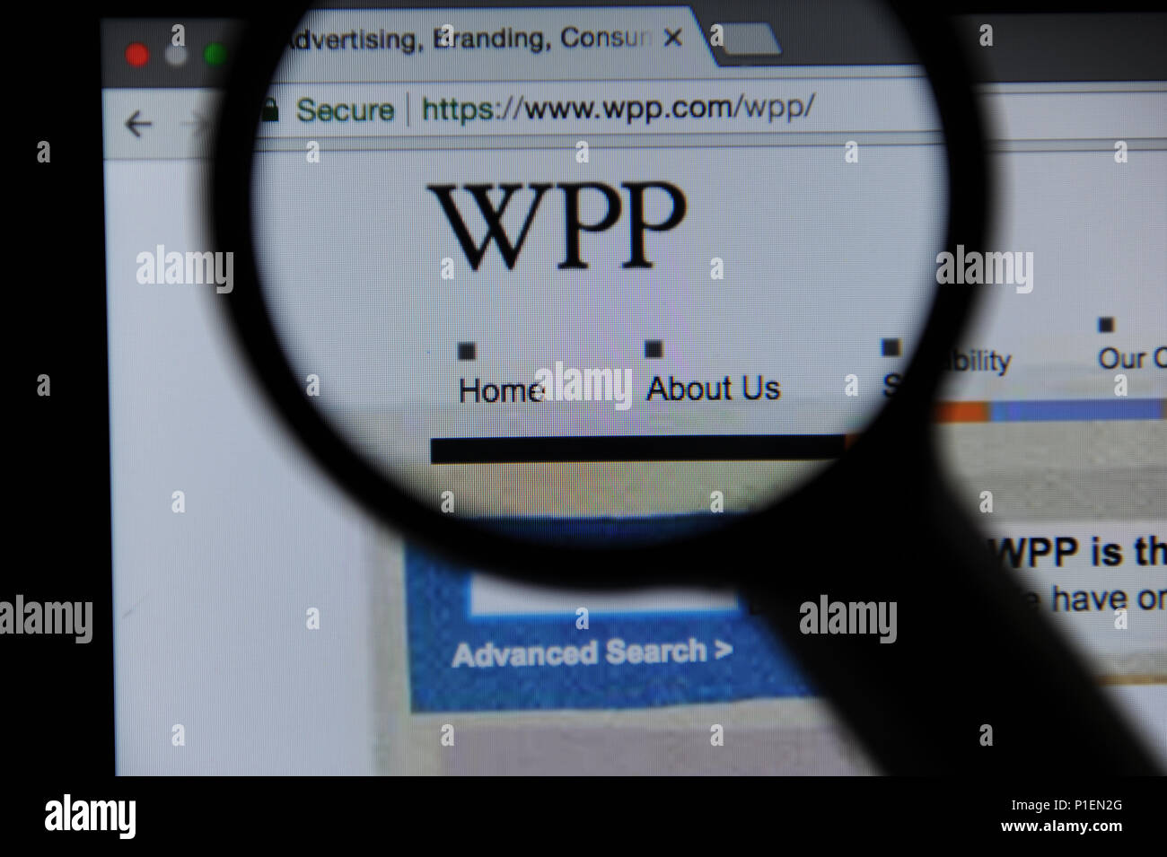 The WPP website seen through a magnifying glass - Stock Image
