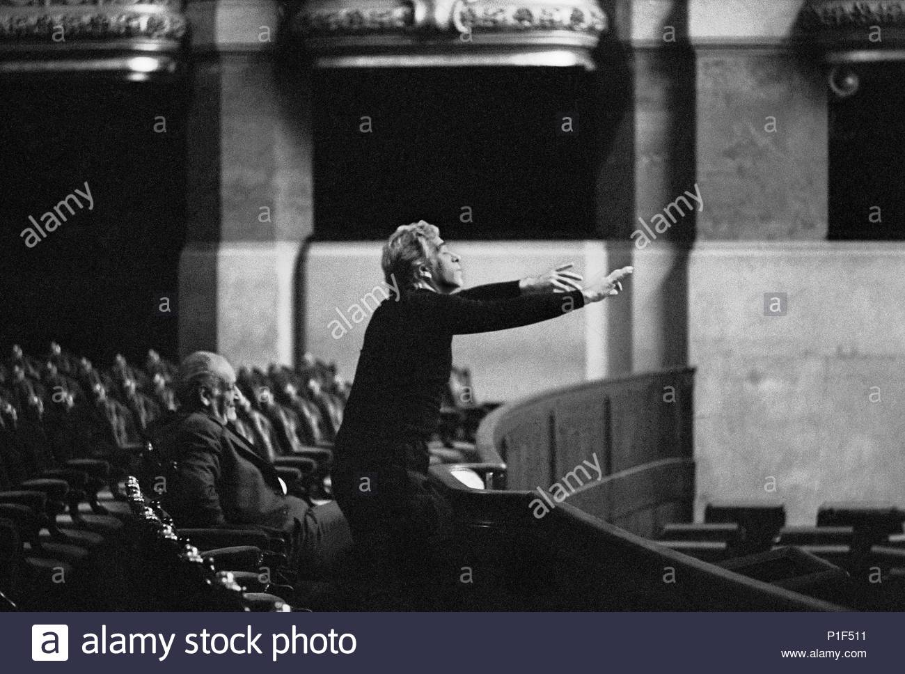 """Giorgio Strehler working with singers during rehearsals for Mozart's """" Marriage of Figaro"""" at the Paris opera Palais Garnier. Sitting: director Rolf Liebermann, Paris,1973. Author: Erich Lessing (b. 1923). Location: Operahouse Palais Garnier, Paris, France. - Stock Image"""
