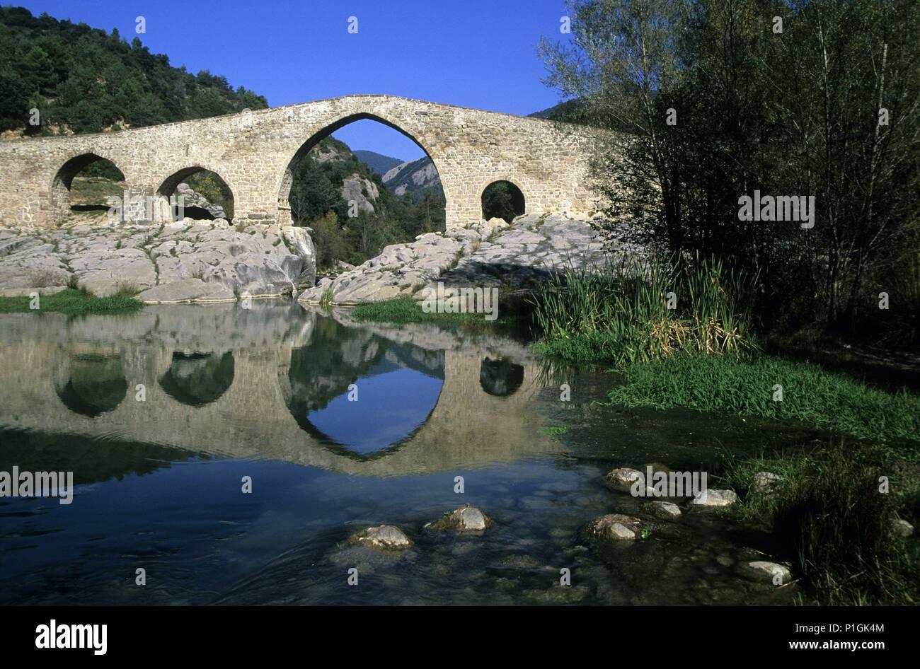 río Llobregat y puente (románico) de Pedret (cerca Berga). - Stock Image