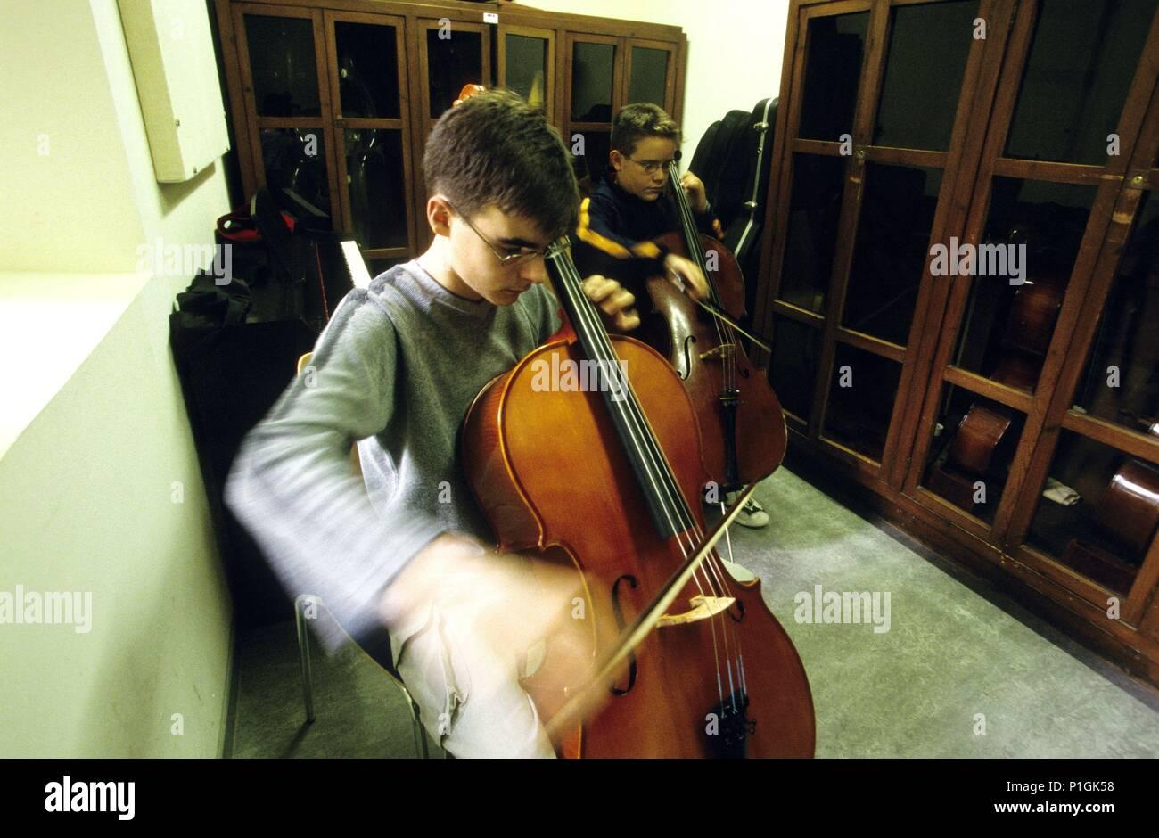 Bages: Montserrat, Escolanía; niños estudiando instrumentos musicales (violoncello). Stock Photo