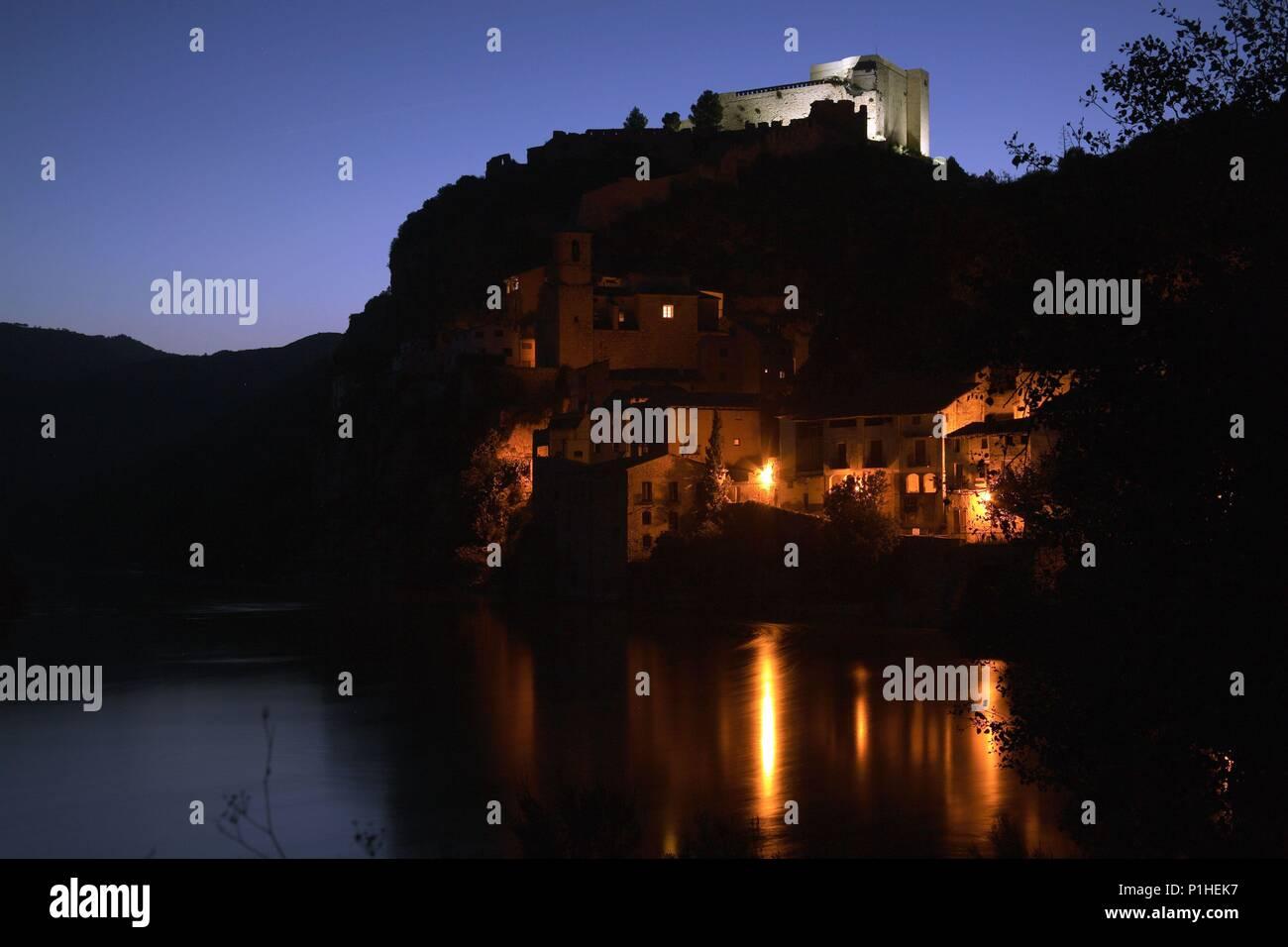 SPAIN - Catalonia - Ribera d?Ebre (district) - TARRAGONA. Miiravet; vista nocturna desde el riu Ebre al poble i castell templari. Stock Photo