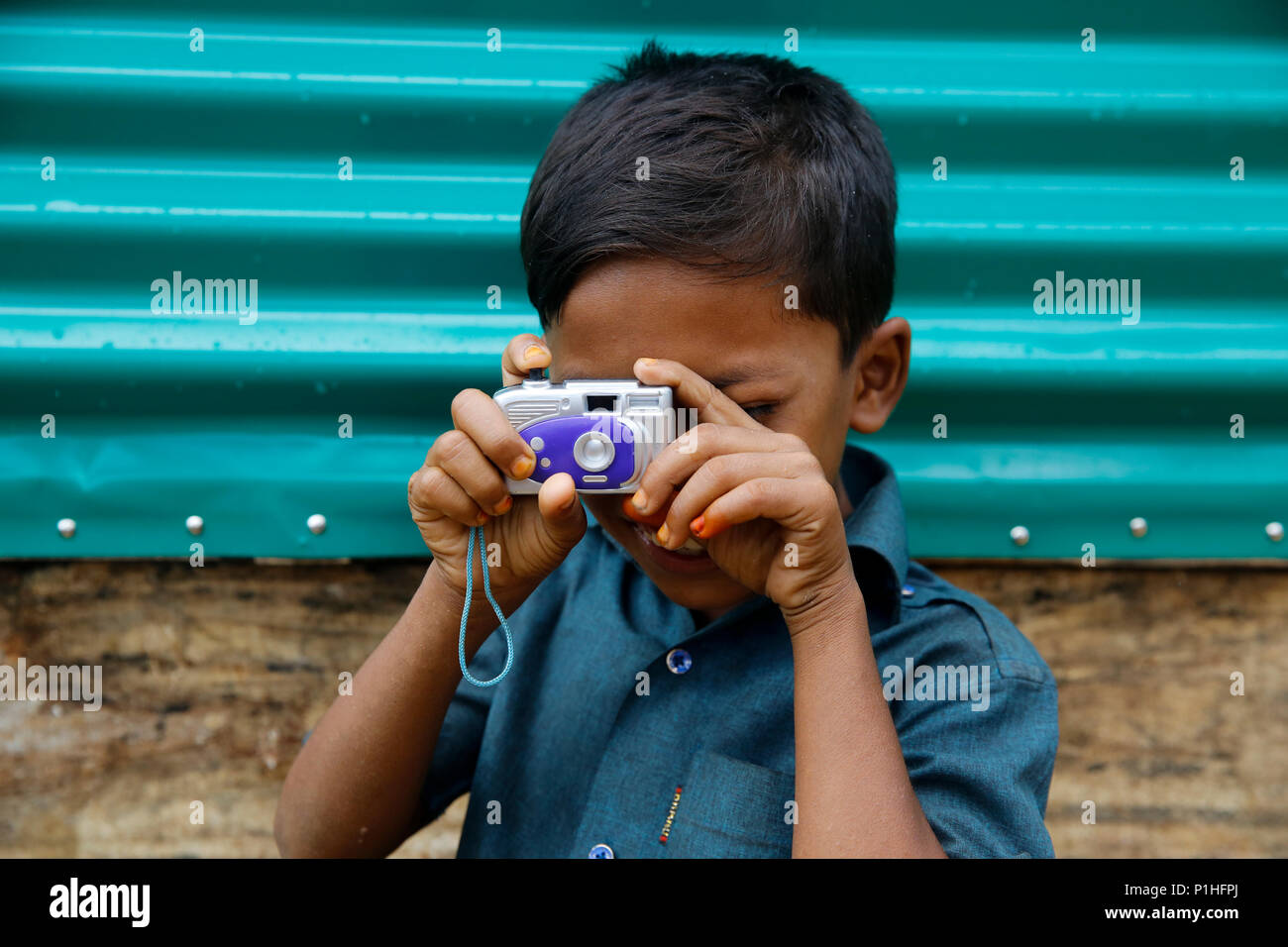 A Rohingya refugee boy with his toy camera at Kutupalong refugee camp at Ukhiya in Cox's Bazar, Bangladesh - Stock Image