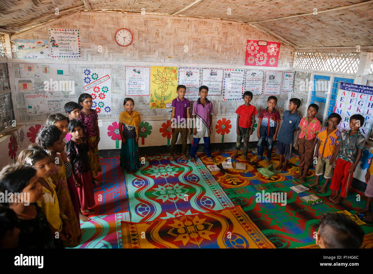 Rohingya refugee children attend class at a temporary school in Kutupalong refugee camp at Ukhiya in Cox's Bazar, Bangladesh - Stock Image