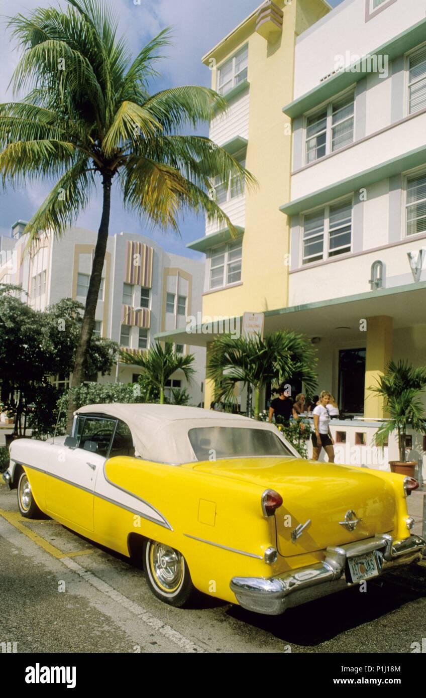 Ocean Drive (south miami beach); Hotel Avalon (Art Deco) + coche clásico. - Stock Image