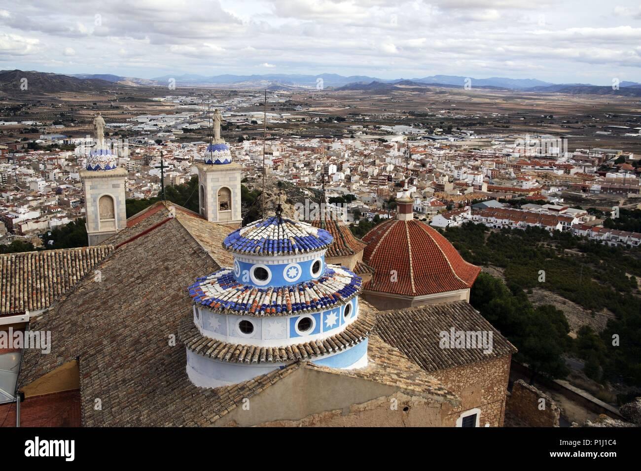 SPAIN - El Altiplano (district) - MURCIA. Yecla; Santuario del castillo (donde se celebra 'La Alborada' cada 7 de diciembre); ciudad al fondo. - Stock Image