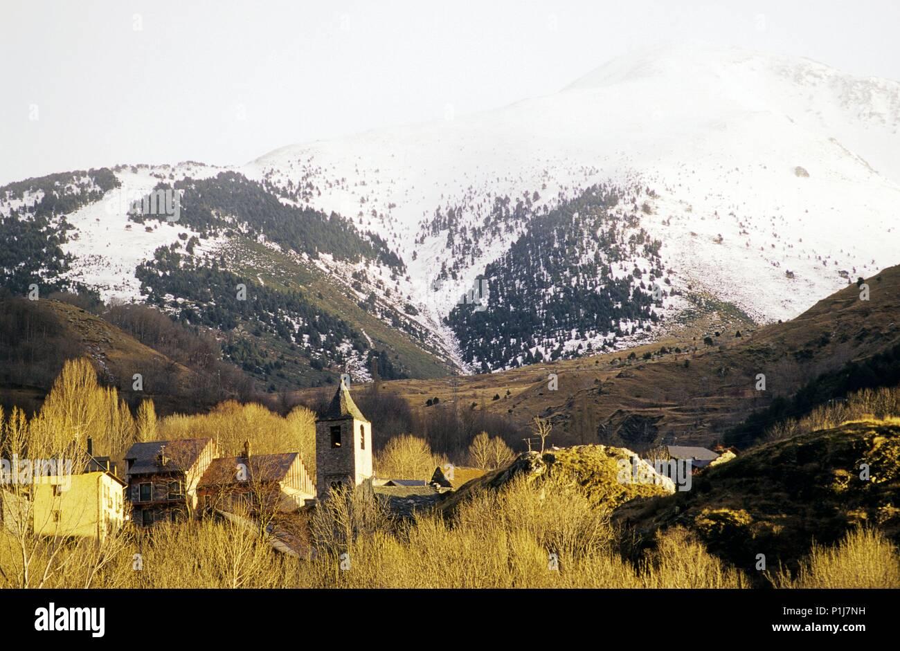 Alta Ribagorça: Boí, (vall de / Boí valley) village, romanesque church and mountain landscape. - Stock Image