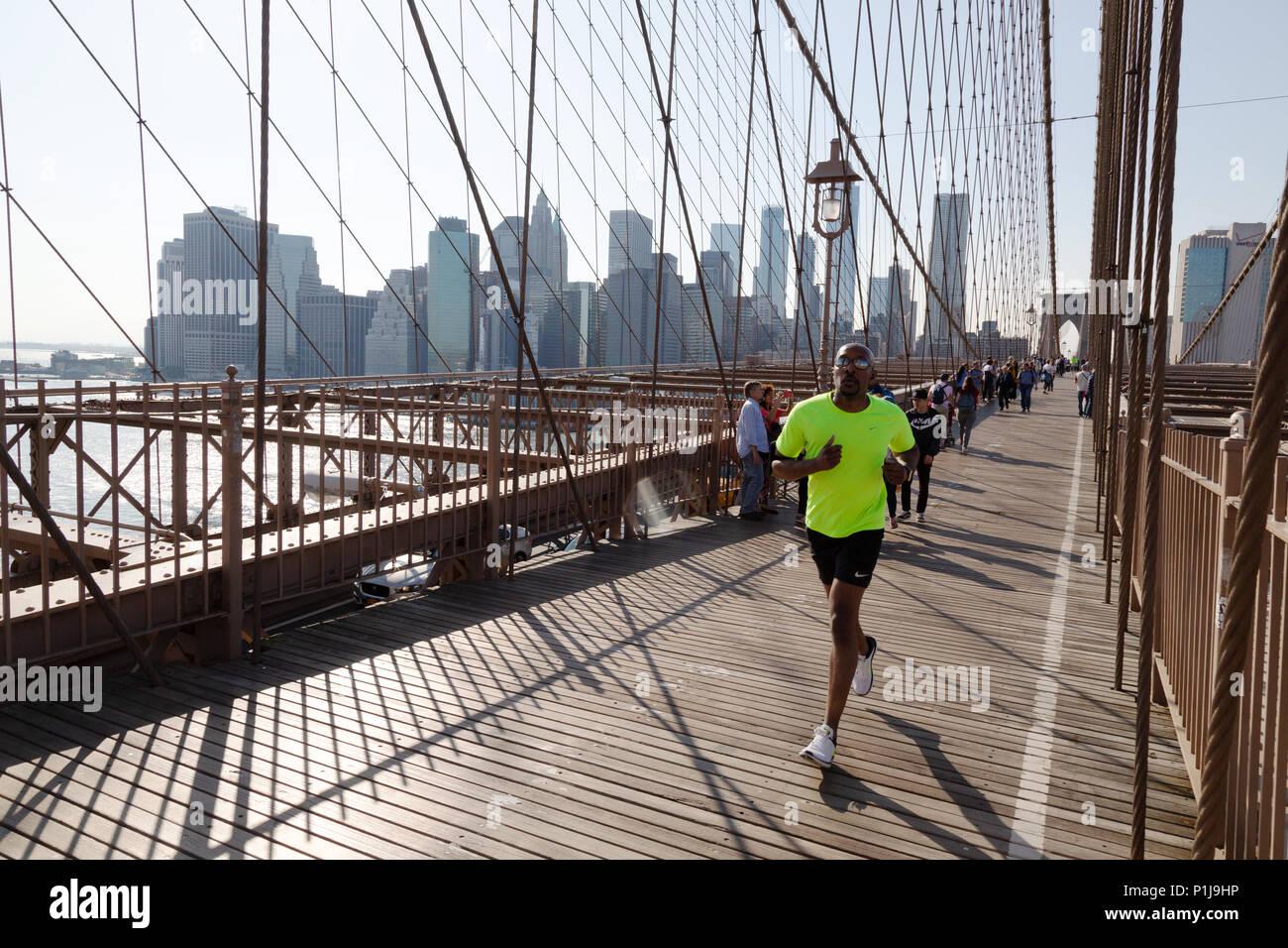 Jogger, jogging across Brooklyn Bridge, Brooklyn, New York city, USA Stock Photo