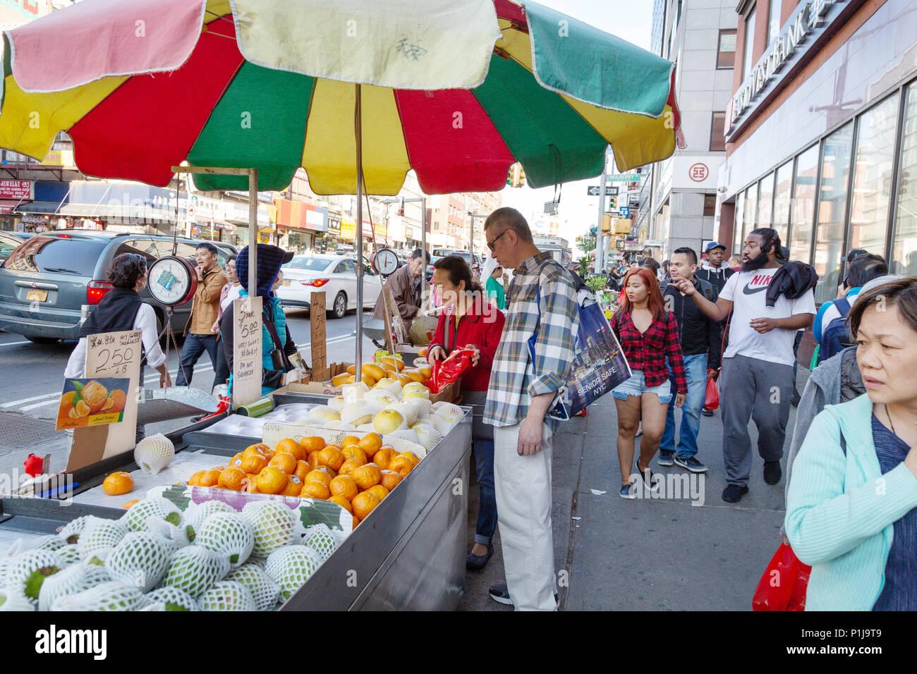 Chinatown New York City People Shopping At Roadside Stalls Chinatown Street Market Chinatown New York Usa Stock Photo Alamy