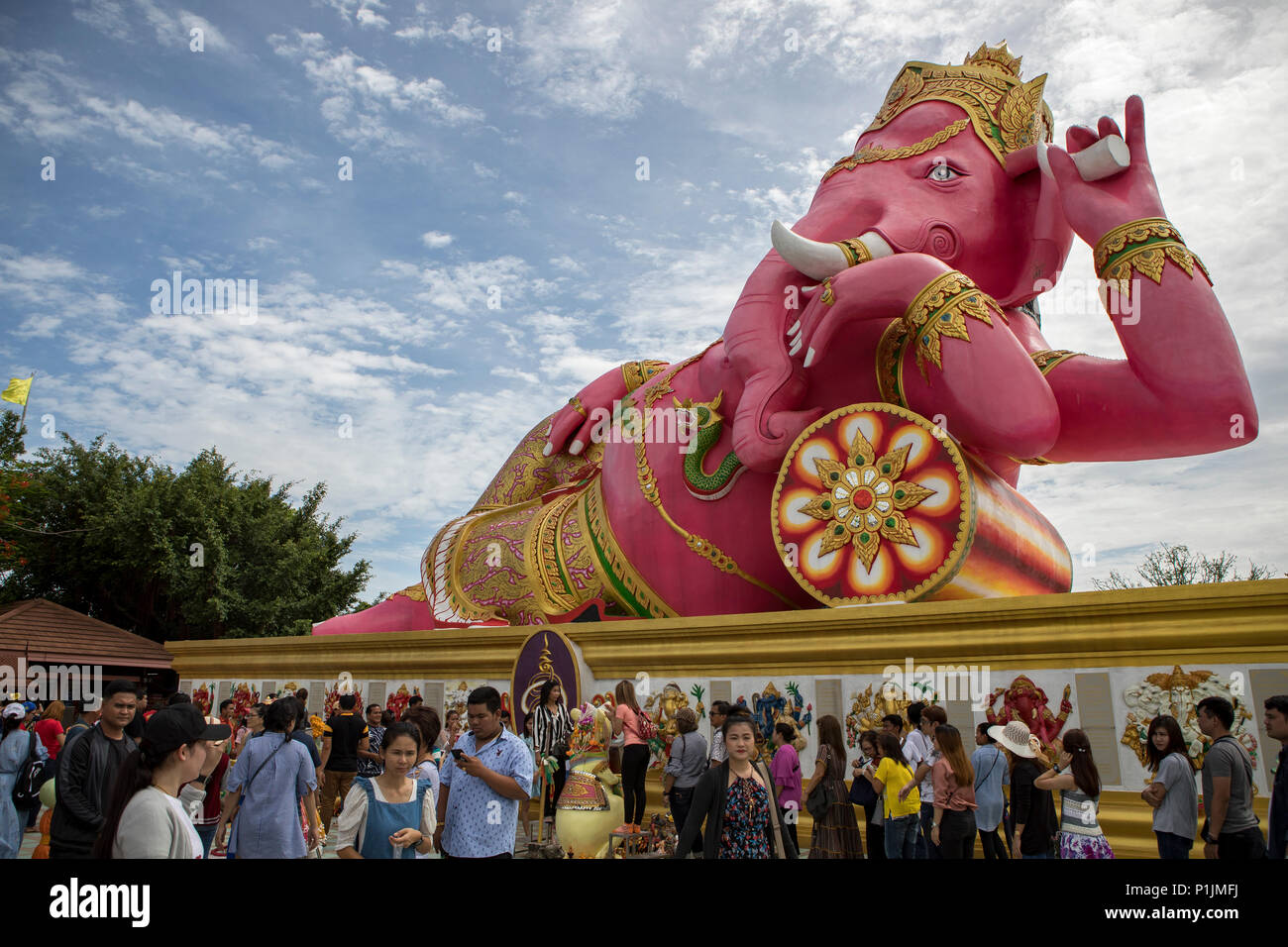 CHACHOENGSAO THAILAND-JUNE10,2018:large number of tourist taking a photograph in front of pink ganesha statue at wat saman rattanaram most popular tra - Stock Image