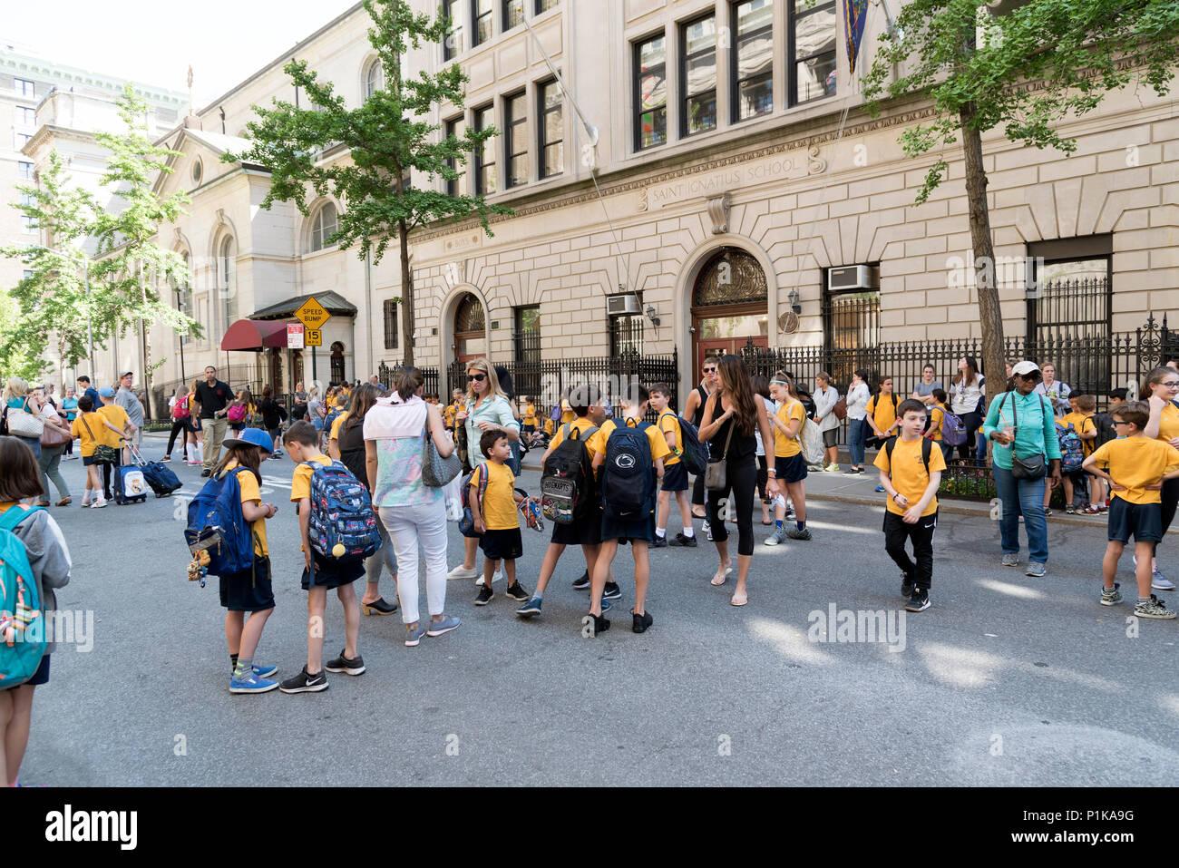 Manhattan, New York, USA 2018. Schoolchildren being met by parents after school - Stock Image
