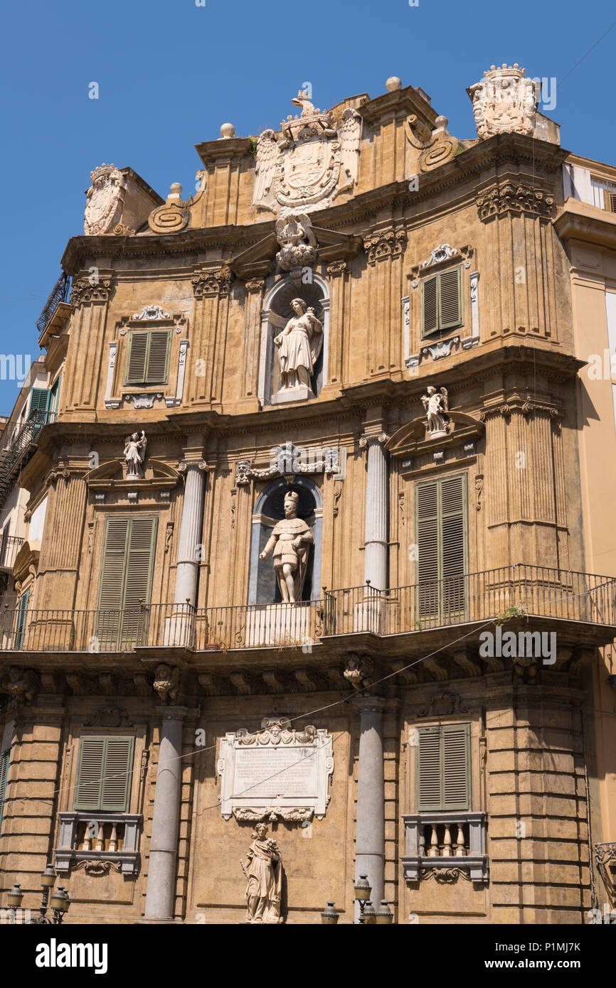 Italy Sicily Palermo Piazza Vigliena Quatro Canti Four Corners built 1600 concave facade pivot town plan where four city ares meet fountain statues - Stock Image