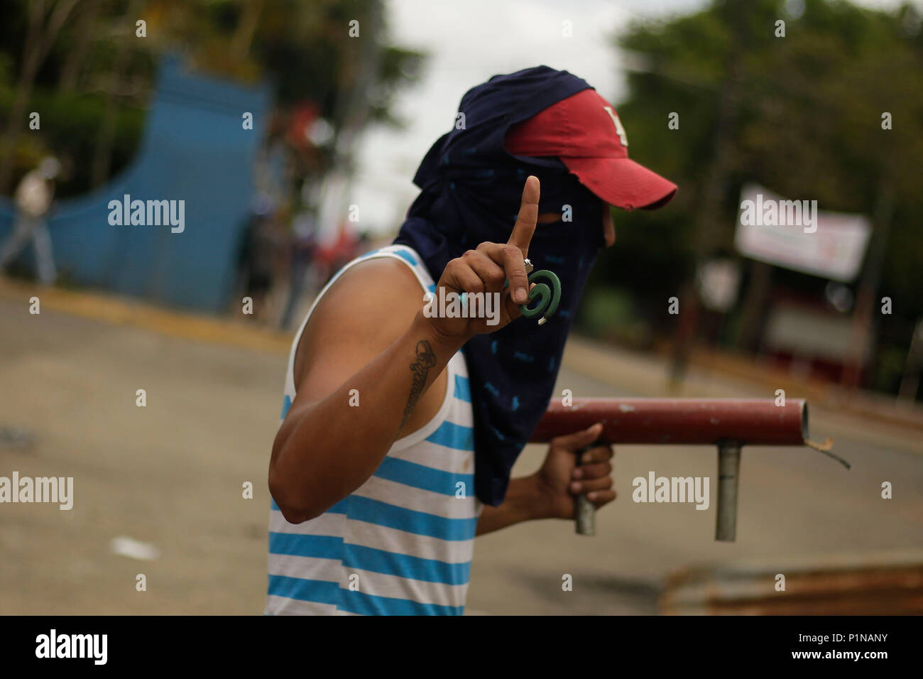 Jinotepe, Nicaragua. 12thJune, 2018. A protester reacts with a handmade weapon during clashes with the National Police, in the town of Jinotepe, Nicaragua, 12 June 2018. Jinotepe, a picturesque town south of the Nicaraguan capital, today became the scene of war and a kind of state of siege by violent clashes against the government of Daniel Ortega. Credit: Rodrigo Sura/EFE/Alamy Live News - Stock Image