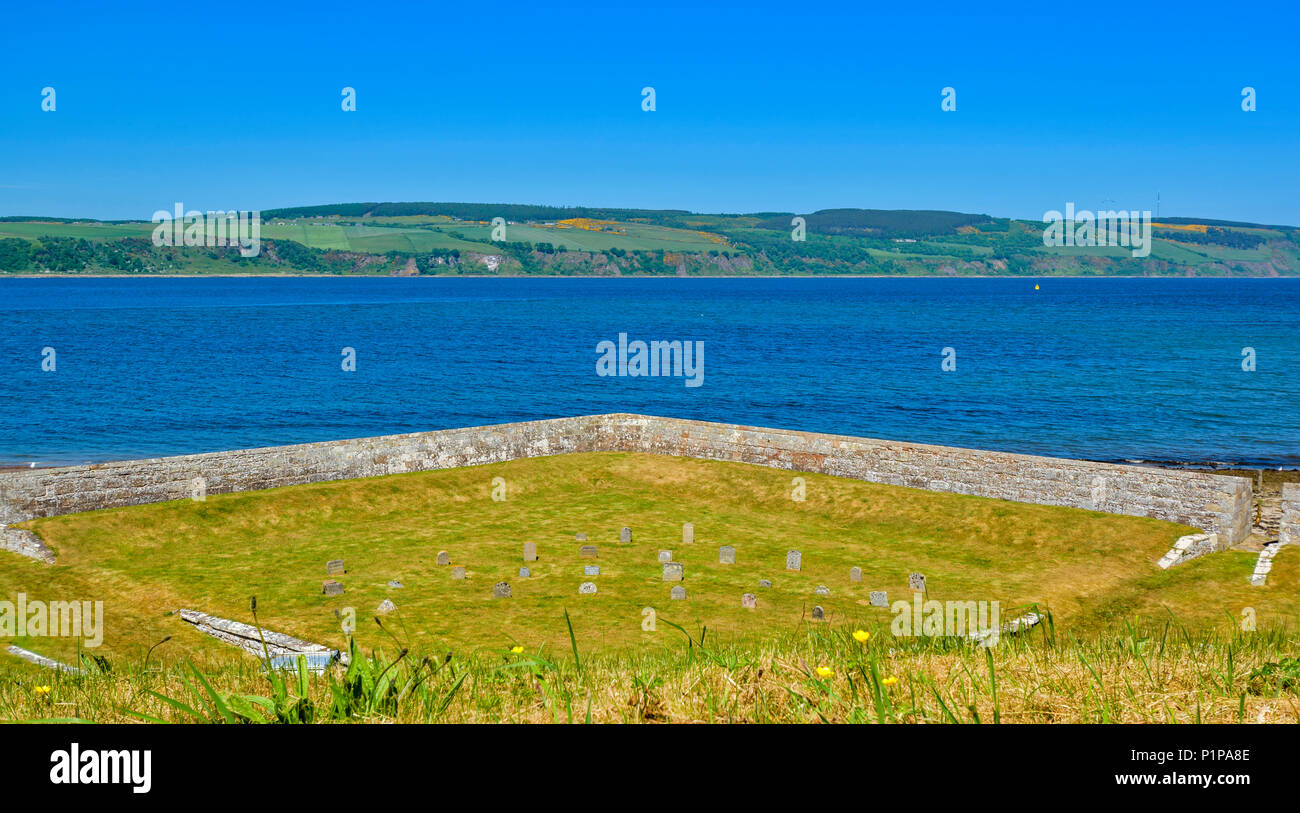 FORT GEORGE ARDERSIER INVERNESS SCOTLAND FORTIFICATIONS WITH DOGS CEMETERY OVERLOOKING MORAY FIRTH - Stock Image