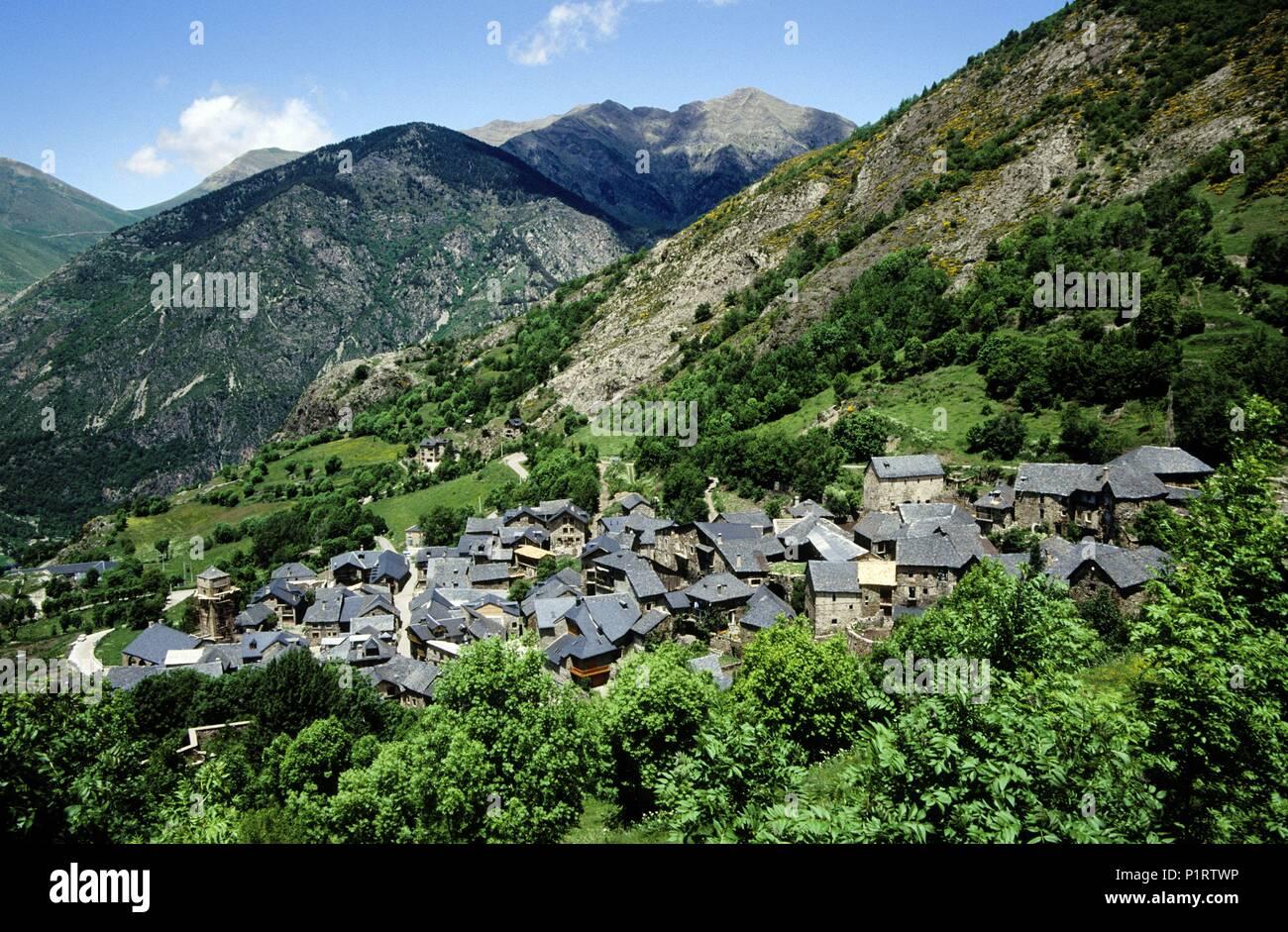Alta Ribagorça: Durró, view of the town and mountain landscape (Alta Ribagorça). - Stock Image