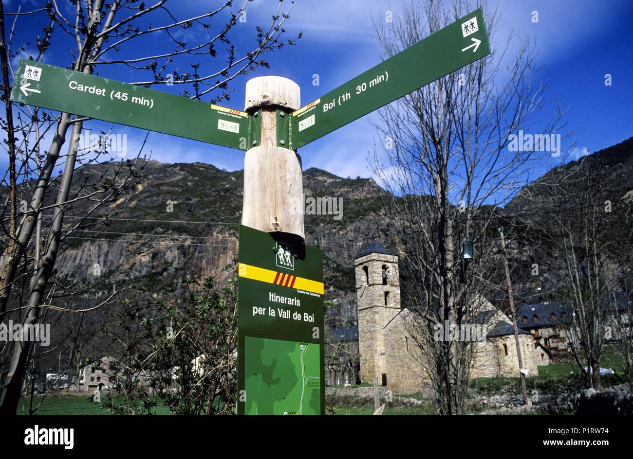 Alta Ribagorça: Barruera, romanesque church and treking signposting (Vall de Boí-Alta Ribagorça / Ribagorza). - Stock Image
