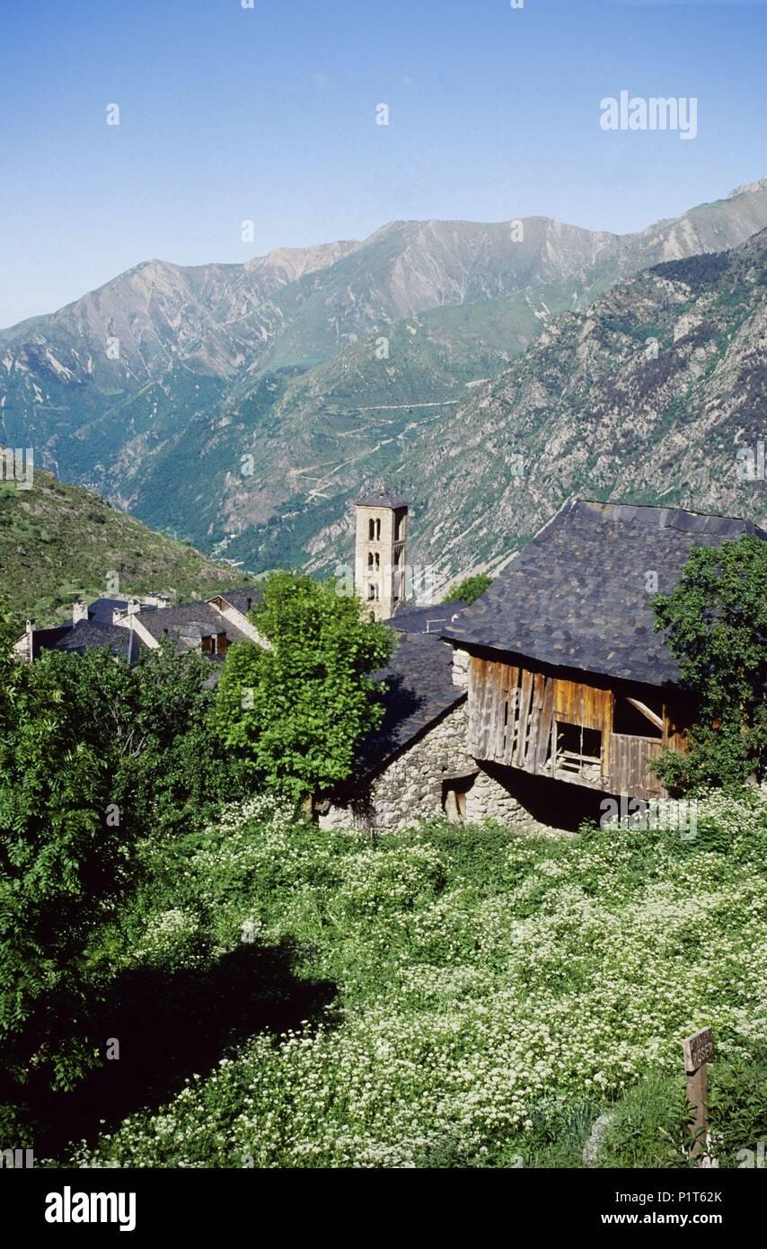 Alta Ribagorça: Taüll, town and tomanesque belfry of Santa María church (Alta Ribagorça). - Stock Image