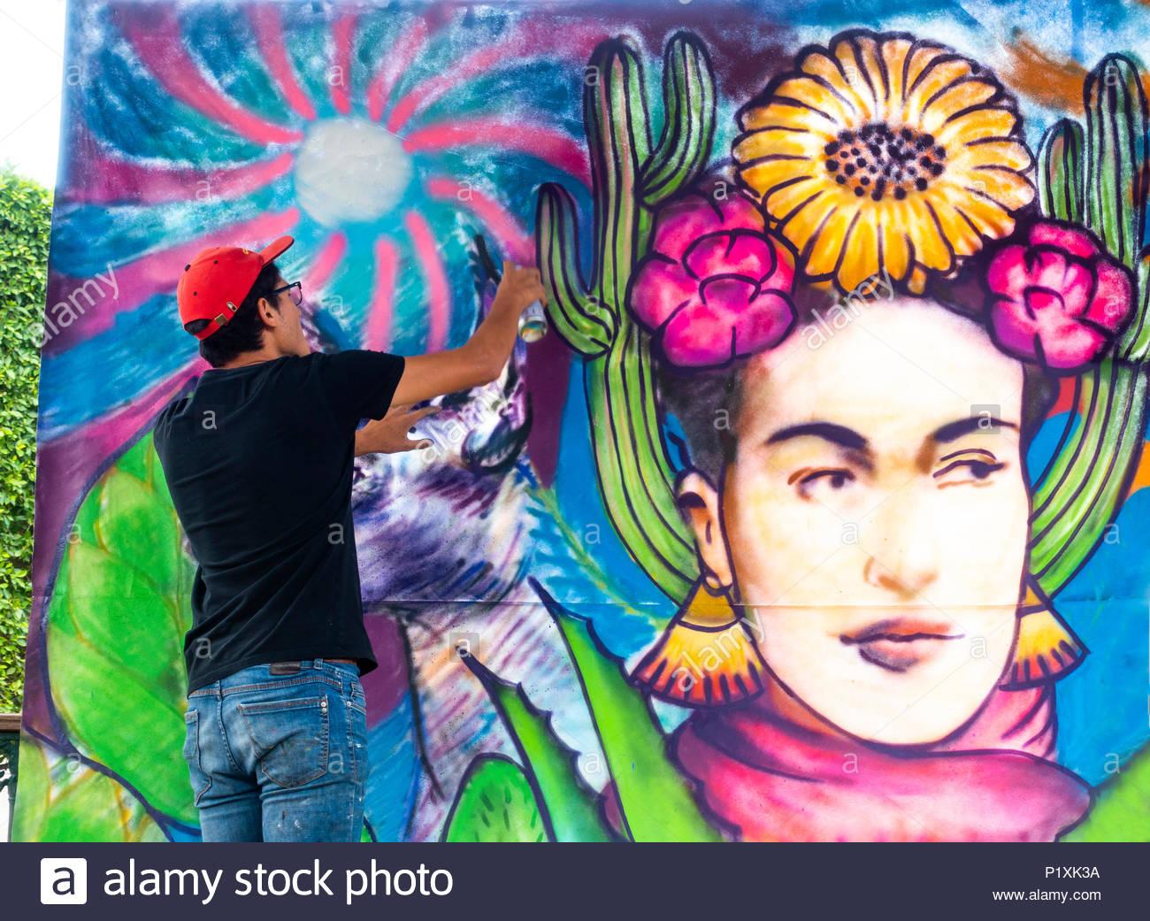 Mural artist painting in the gazebo of El Jardin in the center of San Miguel de Allende - Stock Image